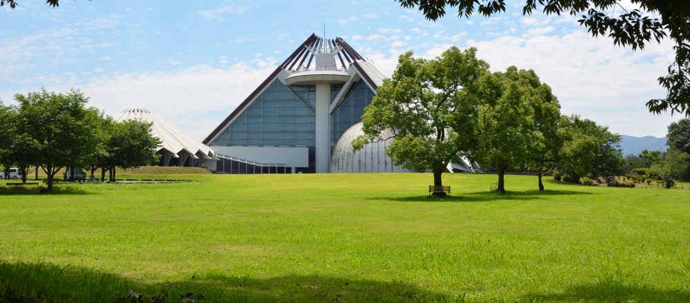 博物館の北側にある芝生広場